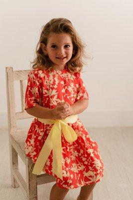 """<p>Vestido de seda con cinturón en la cintura de color amarillo.</p>  <p>Disponible para niñas en la edad de 4 y 5 años.</p>  <p>El color es rojo con un estampado de flores amarillas.</p>  <table border=""""1"""" cellpadding=""""0"""" cellspacing=""""0"""" dir=""""ltr"""" style=""""table-layout:fixed;font-size:10pt;font-family:Arial;width:0px;border-collapse:collapse;border:none;""""><colgroup><col width=""""128"""" /><col width=""""48"""" /><col width=""""75"""" /><col width=""""71"""" /><col width=""""74"""" /></colgroup><tbody><tr style=""""height:21px;""""><td style=""""border:1px solid rgb(204,204,204);padding:2px 3px;vertical-align:top;background-color:rgb(238,238,238);font-size:9pt;color:rgb(0,0,0);"""">TALLA</td> <td style=""""border:1px solid rgb(204,204,204);padding:2px 3px;vertical-align:top;background-color:rgb(238,238,238);font-size:9pt;color:rgb(0,0,0);text-align:center;"""">2</td> <td style=""""border:1px solid rgb(204,204,204);padding:2px 3px;vertical-align:top;background-color:rgb(238,238,238);font-size:9pt;color:rgb(0,0,0);text-align:center;"""">3</td> <td style=""""border:1px solid rgb(204,204,204);padding:2px 3px;vertical-align:top;background-color:rgb(238,238,238);font-size:9pt;color:rgb(0,0,0);text-align:center;"""">4</td> <td style=""""border:1px solid rgb(204,204,204);padding:2px 3px;vertical-align:top;background-color:rgb(238,238,238);font-size:9pt;color:rgb(0,0,0);text-align:center;"""">5</td> </tr><tr style=""""height:21px;""""><td style=""""border:1px solid rgb(204,204,204);padding:2px 3px;vertical-align:top;font-family:nexa;font-size:9pt;color:rgb(0,0,0);"""">ALTURA (CM)</td> <td style=""""border:1px solid rgb(204,204,204);padding:2px 3px;vertical-align:top;font-family:nexa;font-size:9pt;color:rgb(0,0,0);text-align:center;"""">98</td> <td style=""""border:1px solid rgb(204,204,204);padding:2px 3px;vertical-align:top;font-family:nexa;font-size:9pt;color:rgb(0,0,0);text-align:center;"""">104</td> <td style=""""border:1px solid rgb(204,204,204);padding:2px 3px;vertical-align:top;font-family:nexa;font-size:9pt;color:rgb(0,0,0);text-align:center;"""">110</td> <td st"""