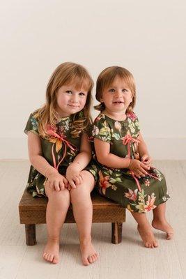 """<p>Vestido de seda lacito rosado en el pecho.</p>  <p>Disponible para niñas en la edad de 2, 3, 4y 5años.</p>  <p>El color es verde con flores amarillas, rosadas y verdes.</p>  <table border=""""1"""" cellpadding=""""0"""" cellspacing=""""0"""" dir=""""ltr"""" style=""""table-layout:fixed;font-size:10pt;font-family:Arial;width:0px;border-collapse:collapse;border:none;""""><colgroup><col width=""""128"""" /><col width=""""48"""" /><col width=""""75"""" /><col width=""""71"""" /><col width=""""74"""" /></colgroup><tbody><tr style=""""height:21px;""""><td style=""""border:1px solid rgb(204,204,204);padding:2px 3px;vertical-align:top;background-color:rgb(238,238,238);font-size:9pt;color:rgb(0,0,0);"""">TALLA</td> <td style=""""border:1px solid rgb(204,204,204);padding:2px 3px;vertical-align:top;background-color:rgb(238,238,238);font-size:9pt;color:rgb(0,0,0);text-align:center;"""">2</td> <td style=""""border:1px solid rgb(204,204,204);padding:2px 3px;vertical-align:top;background-color:rgb(238,238,238);font-size:9pt;color:rgb(0,0,0);text-align:center;"""">3</td> <td style=""""border:1px solid rgb(204,204,204);padding:2px 3px;vertical-align:top;background-color:rgb(238,238,238);font-size:9pt;color:rgb(0,0,0);text-align:center;"""">4</td> <td style=""""border:1px solid rgb(204,204,204);padding:2px 3px;vertical-align:top;background-color:rgb(238,238,238);font-size:9pt;color:rgb(0,0,0);text-align:center;"""">5</td> </tr><tr style=""""height:21px;""""><td style=""""border:1px solid rgb(204,204,204);padding:2px 3px;vertical-align:top;font-family:nexa;font-size:9pt;color:rgb(0,0,0);"""">ALTURA (CM)</td> <td style=""""border:1px solid rgb(204,204,204);padding:2px 3px;vertical-align:top;font-family:nexa;font-size:9pt;color:rgb(0,0,0);text-align:center;"""">98</td> <td style=""""border:1px solid rgb(204,204,204);padding:2px 3px;vertical-align:top;font-family:nexa;font-size:9pt;color:rgb(0,0,0);text-align:center;"""">104</td> <td style=""""border:1px solid rgb(204,204,204);padding:2px 3px;vertical-align:top;font-family:nexa;font-size:9pt;color:rgb(0,0,0);text-align:center;"""">110</td> <td style=""""border:"""