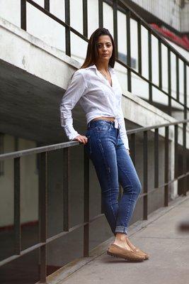 Pantalon de denim. Super Skinny Fit. High- Rise. Pantalon de Jean bascio con desgaste pequeños en los lados con 5 bolsillos. El fit es super skinny por lo que recomendamos pedir una talla mayor.