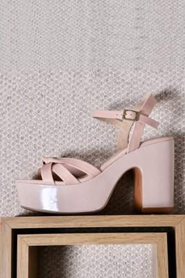 Sandalias 100% de cuero, con un taco de 10cm y una plataforma de 4cm.