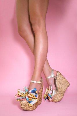 Zapatos hechos con 100% cuero, suelas de gomas antideslizante, plataforma en esterilla y lazo de seda. Taco: 14,5 com Quiebre: 7 cm