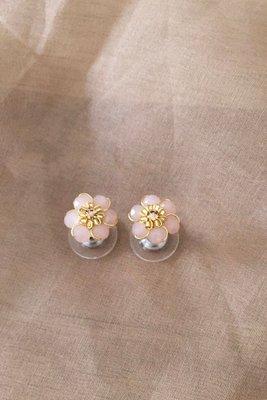 Aretes pequeños hechos a mano.  Alto: 1,2 cm  Ancho: 1,2 cm  Material: Alambre gold filled 18k y/o tinned copper  Acabado: Bañado en oro de 18k  Piedras: Murano y mostacilla