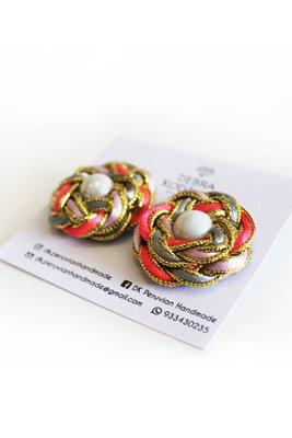 Aretes multicolor con perlas en la parte interior.