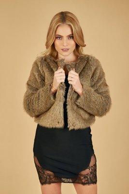 Abrigo cortohecha de piel sintética.