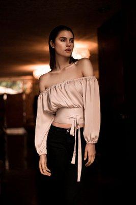 Blusa off shoulder con fajín y lazo a la cintura.  Material:Seda y algodón.  Talla Standard.