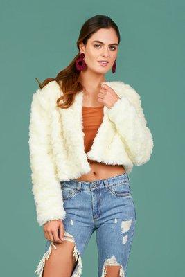 Abrigo corto de piel sintética.  Color perla con forro de satín poliéster y 2 corchetes.  Talla Standard: se considera como una talla M.