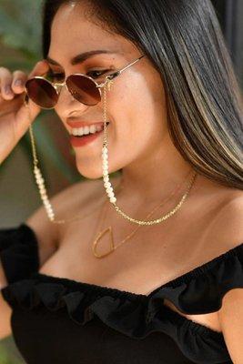 Colgador de lentes con perlas.  75 cms.  CONSEJOS DE CUIDADO: Guardar por separado en un lugar seco y libre de polvo. Limpiar con un paño suave y seco. No usar limpiadores de ningún tipo. Evitar el contacto con el agua, perfumes, cremas, químicos, piscina o mar.