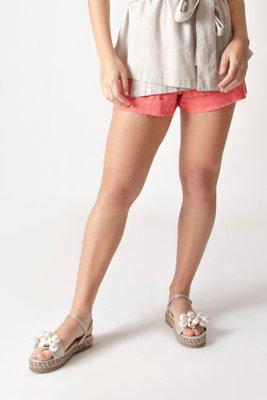 Sandalias planas hechas en cuero con forrado de soga en la base, con aplicaciones hechas a mano en perlas y conchas.