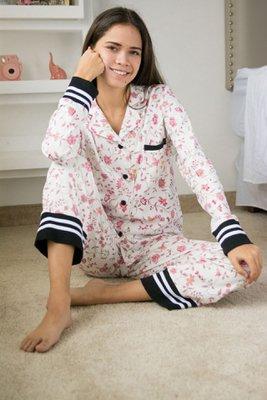 <p> Conjunto Pijama Sabina: Algodón Pima.</p>  <p> Cuidados: no usar secadora, lavar con agua fría.</p>