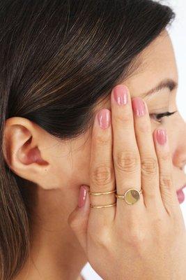 Anillo delgado doble.  Hecho a mano con plata peruana de ley (925). Baño de minimicra hipoalrgénica de oro italiano de 18K.