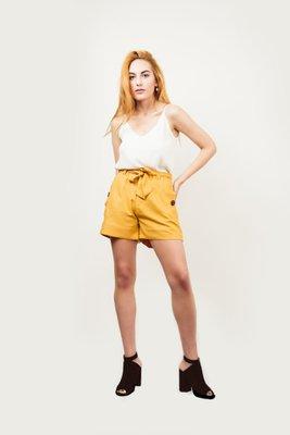 Short de lino con botones de coco, que se amarra en la cintura.