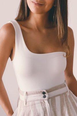Top de tela piel de durazno, que es un algodón muy suave.  Con una sola manga.   Con broches en la parte inferior.  Medidas:  Cintura:  S (72cm) M (80cm)  Cadera:  S (88cm) M (96cm)  Largo:  S (43cm) M (44cm)