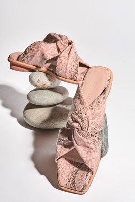 Sandalias cruzadas de cuero vegano con taco de 1,5cm.  La horma es pequeña,si normalmente eres 36, en este modelo eres talla 37.