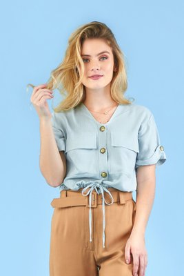 Blusa de algodón con botones en la parte de delantera.  se puede ajustar a la medida en la parte de adelante.