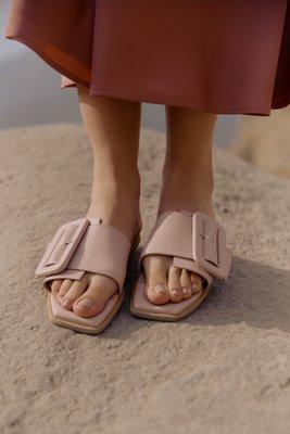 Sandalias de cuero con una hebilla forrada y con taco de 1,5cm  La horma es pequeña,si normalmente eres 36, en este modelo eres talla 37.