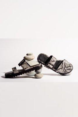 Sandalias cruzadas de cuerocon taco de 1,5 cm.  La horma es pequeña,si normalmente eres 36, en este modelo eres talla 37.  Equivalencias:  36= 35  37= 36  38 = 37  39 = 38