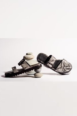 Sandalias con hebilla forrada de cuero pitón.  La horma es pequeña,si normalmente eres 36, en este modelo eres talla 37.  Equivalencias:  36= 35  37= 36  38 = 37  39 = 38