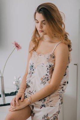 Pijama Cristina: Seda.  Cuidados: no usar secadora, lavar con agua fría.