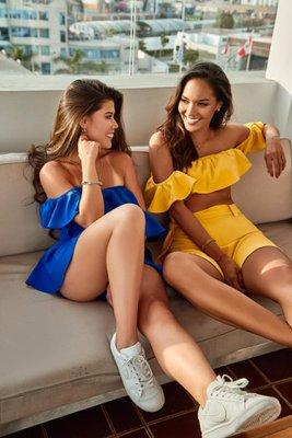 Top de poliéster con spandex.  Viene la falda y el top.  La falda es como una XS a S porque es una cintura pequeña.  Si eres 26 o 27 de pantalón te quedará bien.  Si mides menos de 1.70 m el largo te quedará bien, sino te quedará alto.  Puedes ver las fotos en color verde y fucsia para que tengas una mejor idea de como queda por adelante y de lado.  El tono de azul es el de la imagen de la modelo sentada de azul junto a la modelo con el set de color amarillo.