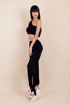 Pantalón largo con detalla para amarra a los tobillos. Tiene elástico a la cintura, por lo que cede entre los 65 cms a los 75 cms.   Cintura:Entre 65 a 80 cm Cadera:Entre 90 a 105 cm Largo: 100 cm