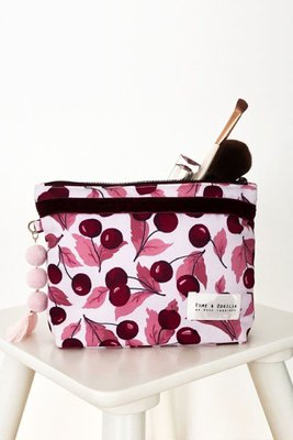 Es un neceser pequeño ideal para llevar en la cartera.  Las medidas son 21cm de ancho x 15cm de alto x 5cm de fuelle.  Interior de tela.