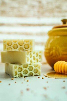 Jabón 100% natural con cera de abeja. Ideal para pieles normales a secas.  La cera de abeja ayuda a retener la humedad, nutre y suaviza la piel.