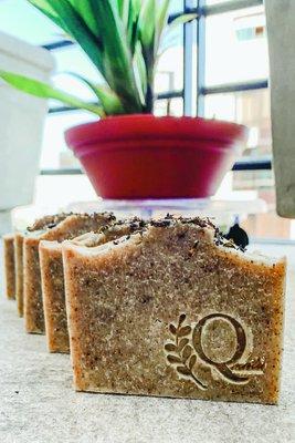 Jabón 100% natural con infusión de hierba luisa y té verde en polvo. Ideal para todo tipo de piel.  La hierba luisa ayuda a tonificar la piel.