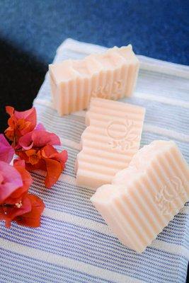 Jabón 100% natural con infusión de manzanilla. Ideal para pieles sensibles. Apto para niños.  La manzanilla es ideal para pieles delicadas y sensibles. Tiene propiedades antiinflamatorias y limpiadoras sin casusar irritación