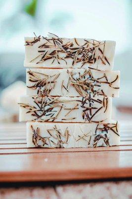 Jabón 100% natural con aceite esencial de romero. Ideal para pieles normales a grasas.  Tiene propiedades antioxidantes y antiinflamatorias para la piel.