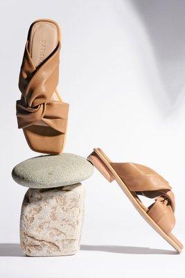 Sandalias cruzadas de cuero con taco de 1,5cm  CAPELLADA: CUERO NATURAL / FORRO: BADANA NATURAL