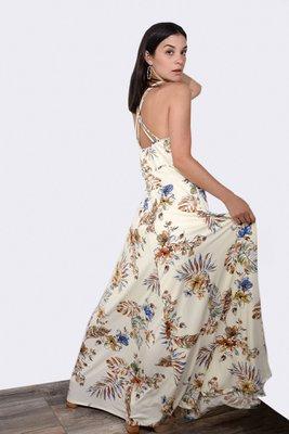 Vestido largo con forro interior y escote.  La talla es standard.