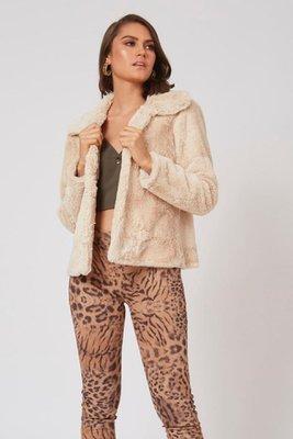 Abrigo de peluche sin cierre.  Es abierto como en la imagen.  Es una talla standard, si eres una talla S o M te quedaría bien.