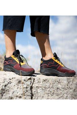Zapatillas de cuero con gamuza. Los diseños son unicos ya que tenemos una produccion limitada . Son productos hechos a mano por artesanos peruanos.  La horma es exacta, en esta marca serías la misma talla que usas normalmente.  Taco: 4 cm