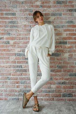 Incluye: Polera y pantalón de algodón y lavado de seda para mayor suavidad.  Pantalón a la cintura con pretina ancha de 5 cm y largo de 103 cms. La base del pantalón es ajustada en la base de la pierna.  Polera ancha con 50 cms de largo y largo de manga de 58 cms. La polera tiene un detalle que la hace única: las mangas diferentes, una ancha y más abierta y la otra cerrada.  La talla es standard, si normalmente eres S, M o L, te quedaría bien porque es una tela que sede y se ajusta al cuerpo. Si eres una talla XS normalmente, te quedaría muy suelto, podrías comprarlo en caso quieras un Look super suelto y cómodo.