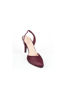 Zapato de vestir con cuero de primera calidad externo y externo, lleva finos detalles en piel y placas bañadas en oro con la firma de la marca.  La horma es exacta, en esta marca serías la misma talla que usas normalmente.  Taco: 7 cm