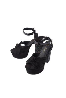 Zapatos de tacon alto fabricado con cuero de primera calidad, lleva placas bañadas en oro con la firma de la marca.  La horma es exacta, en esta marca serías la misma talla que usas normalmente.  Taco: 12 cm