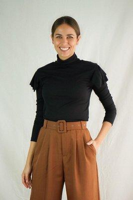 Material baby rib 100% algodón.  Cuenta con un diseño diferente en los hombros y con un cuello alto que hará lucir un outfit único.