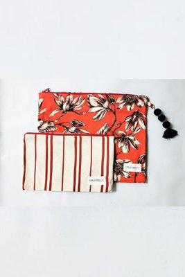 Pack de dos estuches con interior plastificado.  Medida estuche grande 30cm de ancho y 25 de alto.  Medida estuche pequeño 27cm de ancho y 16 cm de alto.