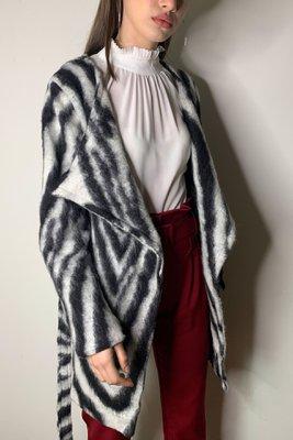 Abrigo en lana estampado zebra, abierto con cinturón. Con forro Made in Italy Material & cuidado 30% Lana 70% Poliester Lavar en seco.  Cintura Largo  54CM85CM