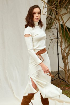 Incluye la polera y falda en tela Rib 2x1 full cotton con un gramaje de 20/1.  Tiene un fit muy cómodo que se amolda a una talla S, M y L.