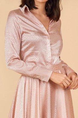 Blusa de seda francesa que combina con todo, desde una falda Adelaide hasta un pantalón Jean básico para cualquier ocasión.