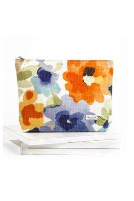 Medida:35 cm de ancho x 25 cm de alto.  Tela multicolor con flores de colores.  Cierre premium y jalador super resistente.  Plastificado por dentro.  Úsalo como neceser o como clutch para salir.