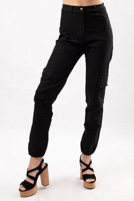 Pantalón de tela rígida con bolsillos múltiples.