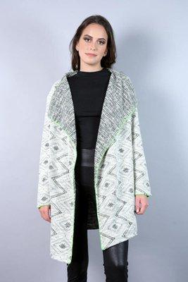 Abrigo en tejido yacar con diseño tribal con aplicación en lana de color en el contorno.  El color es gris con la franja verde o gris con la franja rosada.