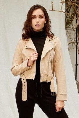 El Jacket Tokio está elaborado de french terry perchado.  Es una tela suave en el interior que permitirá que estes abrigada.  Cuenta con una correa en la parte de abajo para darle un diseño único.  El color blanco es un tono perlado, como un beige claro.