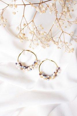 Descripción: Argollas con mezcla de muranos y perlas de rio.  Material: Acero  Diametro: 4.5cm