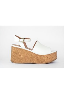 Sandalias con la altura perfecta para estar estilizadas y cómodas. #Tip: No pesan nada !! Capellada: Biocuero sintetico textura reptil (insumos libres de crueldad animal) Planta: PU forrado en corcho Alto: 8cm