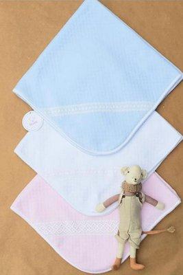 Manta Sofi, es perfecta para este invierno.   Por un lado es de tela Canasta, 100% algodón Pima, y por el otro esta forrada de baby polar blanco anti alérgico.
