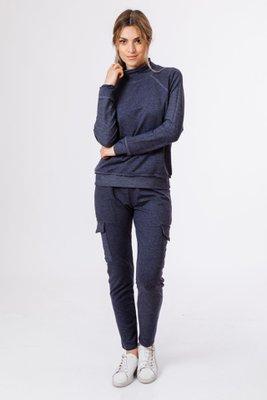 Sweater cuello alto, costura traslapada hacia afuera, suelto modelo clasico, pantalon con bolsillo delantero y bolsillo cuadrado al costado de media pierna, tobillo con basta .  Medidas:  Polera:  Busto: 100 cm  Cintura: 100 cm  Largo cuello-abajo: 68 cm  Largo espalda: 62 cm  Manga: 60 cm  Pantalón:  Cintura: 80cm  Cadera: 97 cm  Ancho pierna: 46 cm  Largo: 97 cm