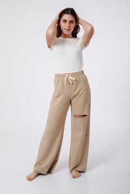 Algodón french terry, tipo buzo/jogger, con pretina elastica y pasador crema 96% algodón y 4% spandex.  Medidas:  Cintura: 92 cm  Cadera: 96cm  Ancho pierna: 52cm  Largo: 98cm